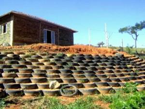 pedreiro-constroi-propria-casa-11-mil-garrafas-PET-1