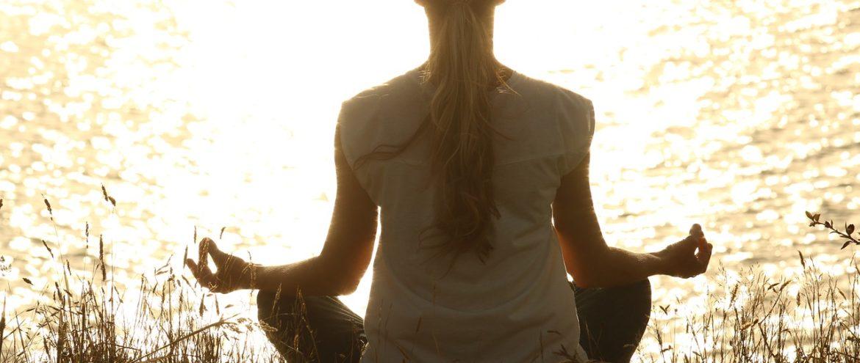 Meditar e fazer o bem nos aproxima da felicidade